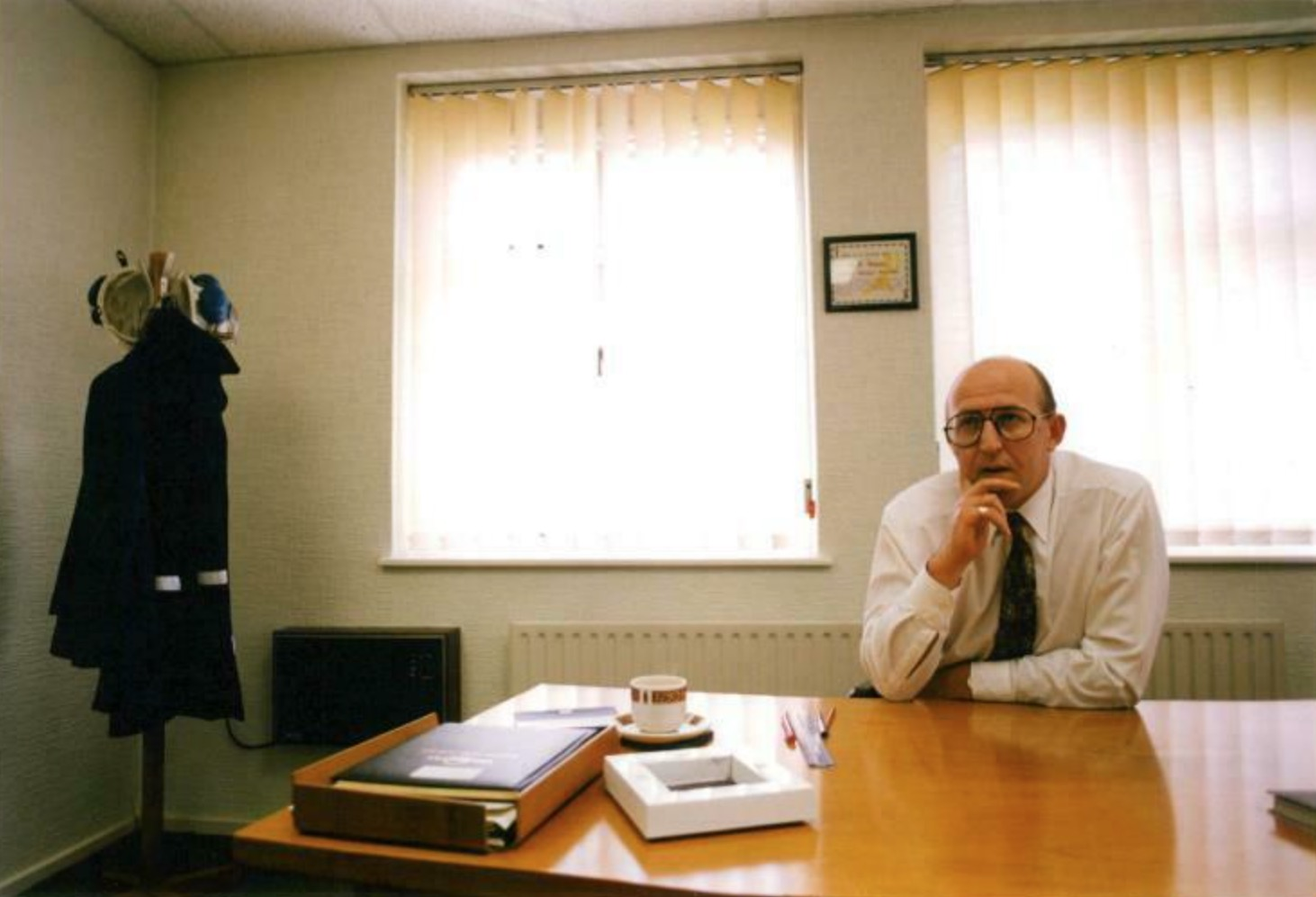 1993 : Rob Hallam, Calverton Colliery Manager, in his office.